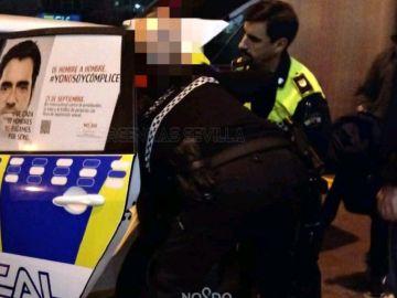 Momento de la detención del hombre que abandonó a su bebé en un bar de Sevilla