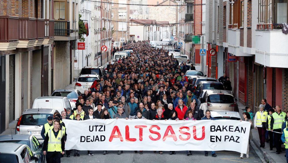 """Vecinos de Alsasua (Navarra), durante la manifestación bajo el lema """"utzi Altsasu bakean-dejad en paz a Altasu"""""""