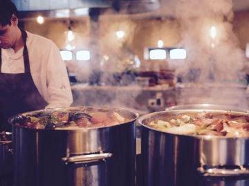 Chef cocinando en un restaurante