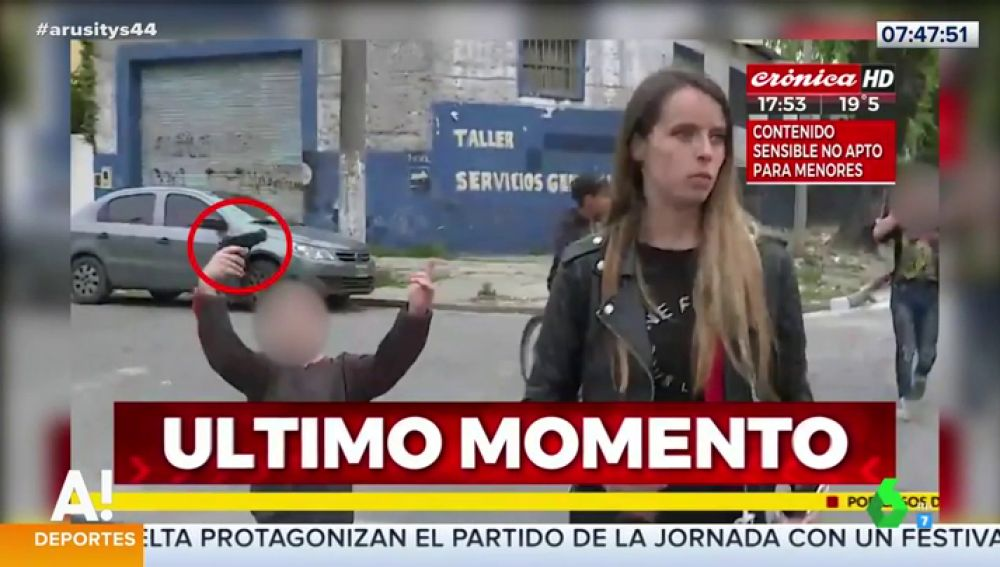 Las impactantes imágenes de una reportera amenazada en directo por un niño con una pistola