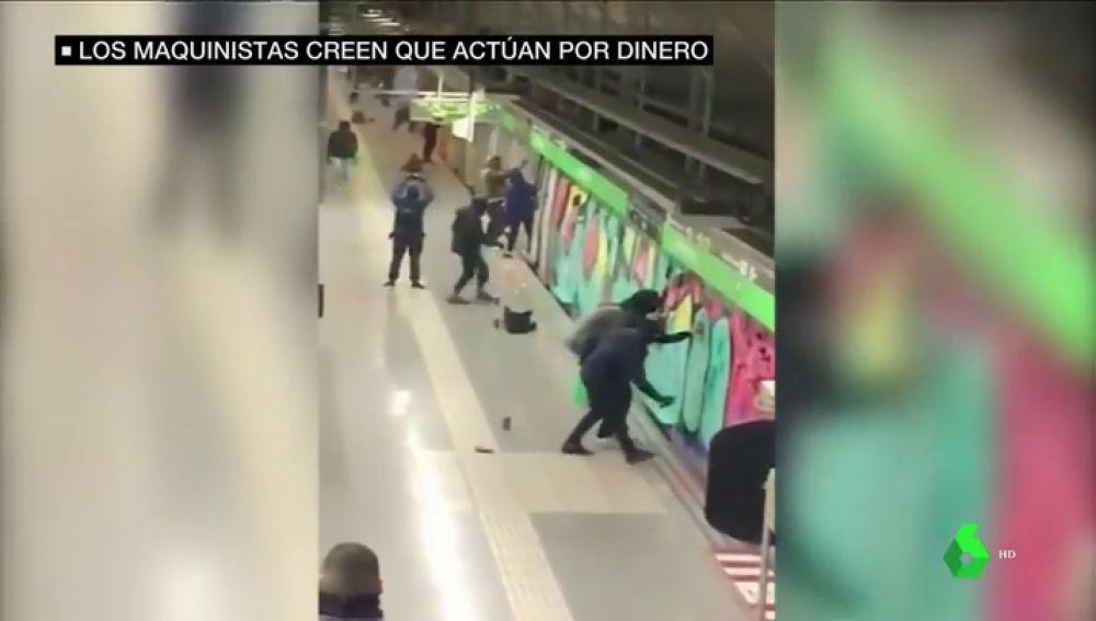 Amenazan, agreden y actúan con impunidad porque no es un delito: el negocio de los grafiteros en el metro