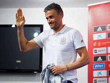 Luis Enrique saluda a los presentes en la sala de prensa