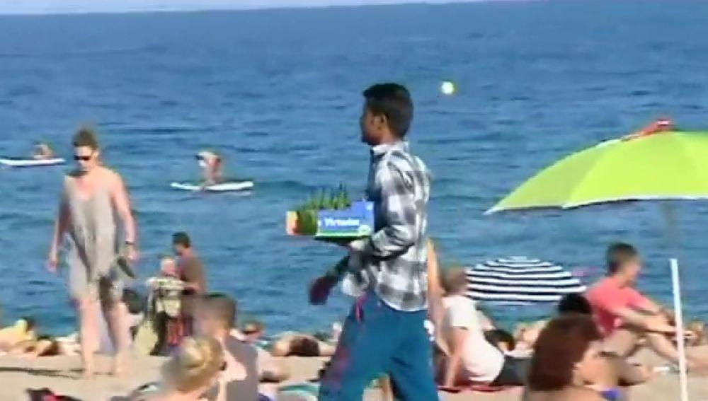 Detienen a tres personas por vender mojitos con bacterias fecales en playas de Barcelona