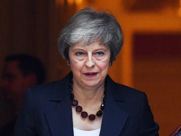 La primera ministra británica, Theresa May, abandona Downing Street tras una reunión