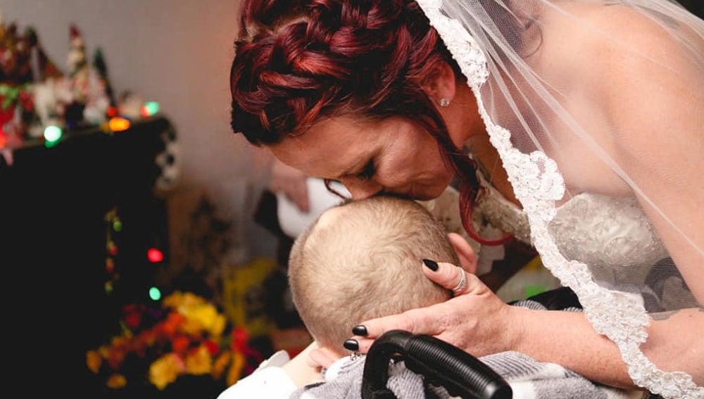 Una madre cumple el sueño de su hijo enfermo de cáncer: llevarla al altar