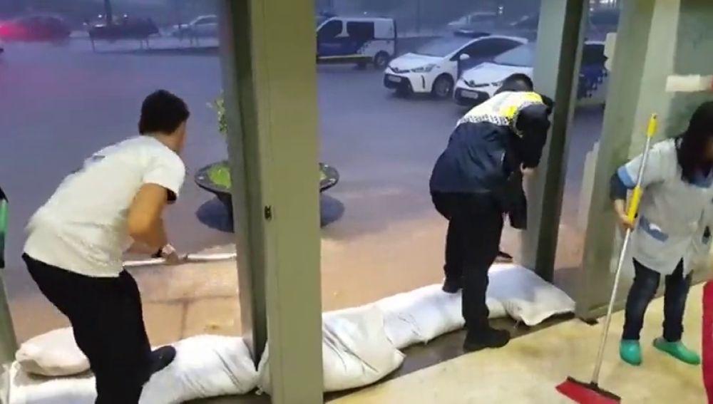 La intensa lluvia inunda la comisaria del Eixample