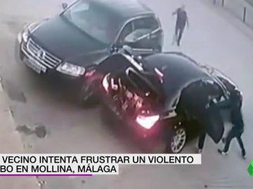 Un hombre intenta frenar a unos ladrones y acaba chocando con su vehículo contra el escaparate del local que robaban