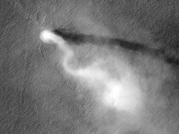 "Remolino de polvo o ""dust devil"" recorriendo la zona marciana de Amazonis Planitia"