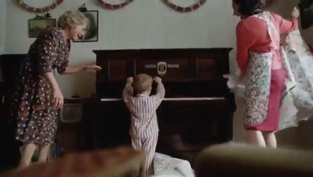 Un piano y la Navidad: el emocionante anuncio para estas fiestas que repasa la intensa vida de Elton John
