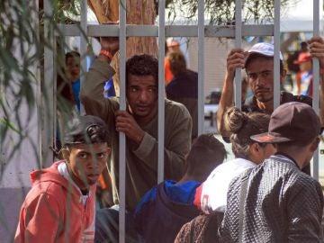 Miembros de la caravana de migrantes centroamericanos llegan a un albergue