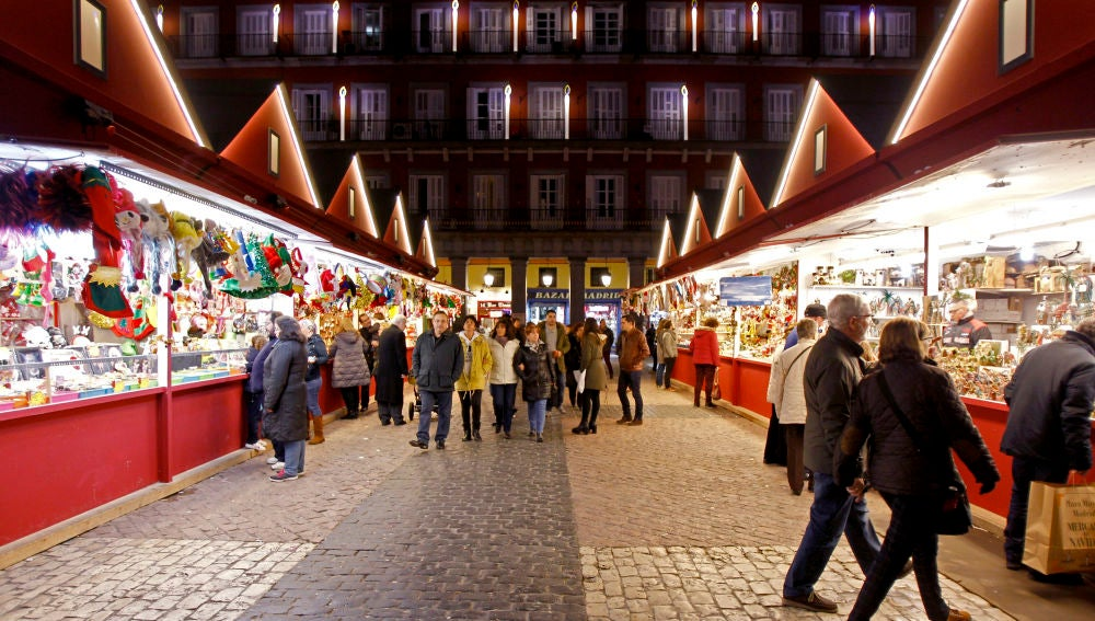 Mercadillo navideño en la Plaza Mayor de Madrid