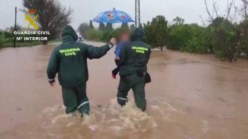 La heroica hazaña de la guardia civil en valencia: rescata a una familia de las inundaciones