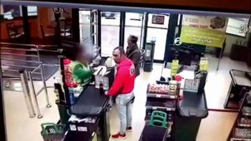 Salen a la luz las imágenes de la cámara de seguridad del violento atraco a un supermercado de Gijón