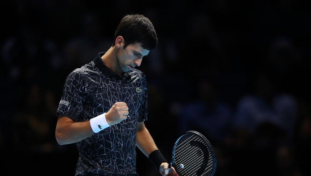 Novak Djokovic levanta el puño para celebrar su victoria