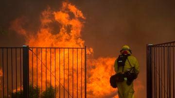 Un bombero combatiendo el fuego en California