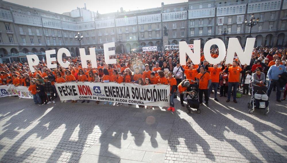 Trabajadores de Alcoa se han concentrado hoy en la plaza de María Pita de A Coruña