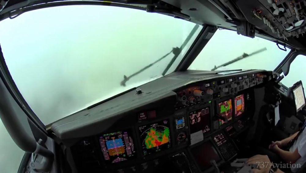 El impactante vídeo del aterrizaje de un avión en plena tormenta en Palma no apto para aerofóbicos