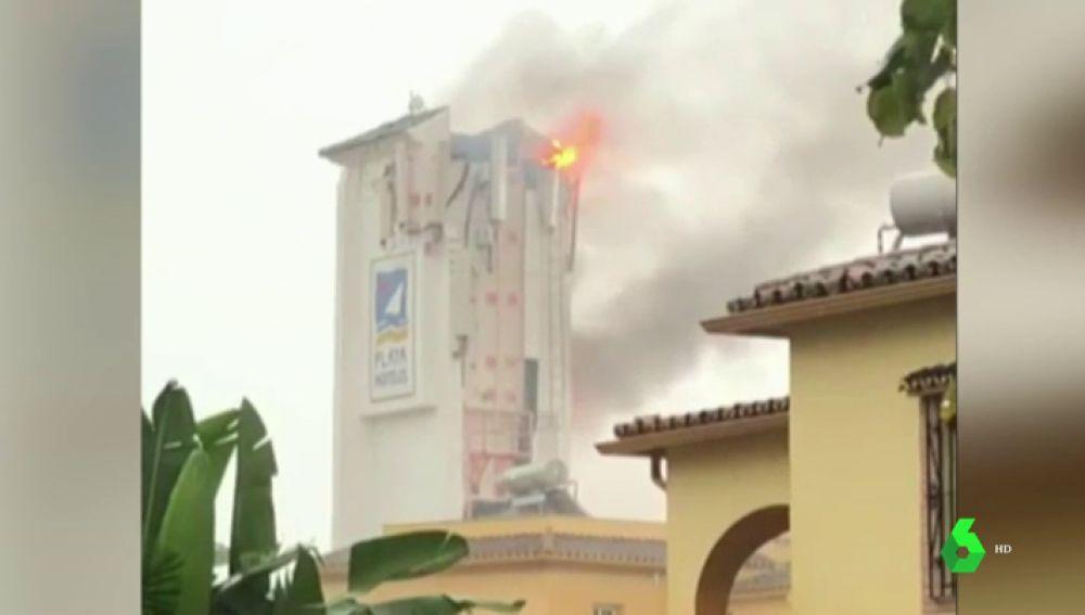 Alarma entre los vecinos de Marbella después de que un rayo impactara contra un hotel causando un incendio