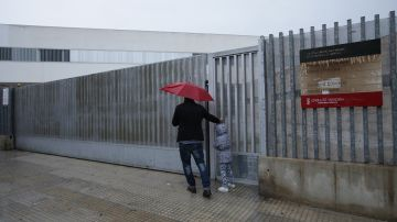 Un padre se encuentra las puertas cerradas del CP Botànic Cabanilles
