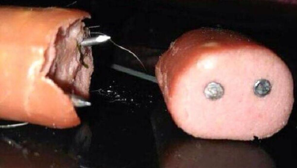 Salchicas con clavos en su interior