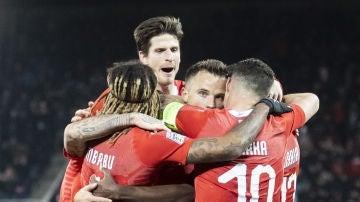 Los jugadores de Suiza se abrazan para celebrar la victoria