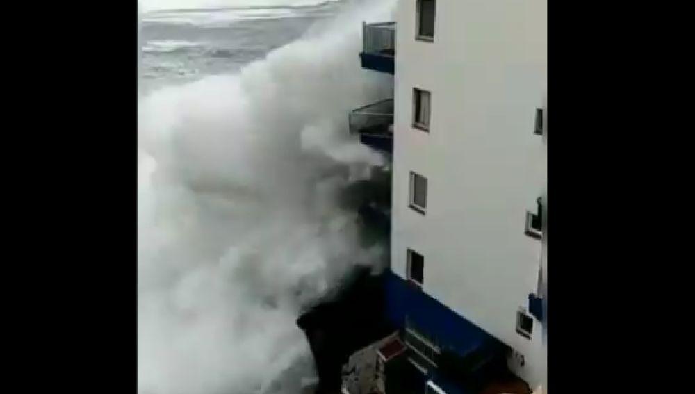 El oleaje destroza varios balcones en Tenerife