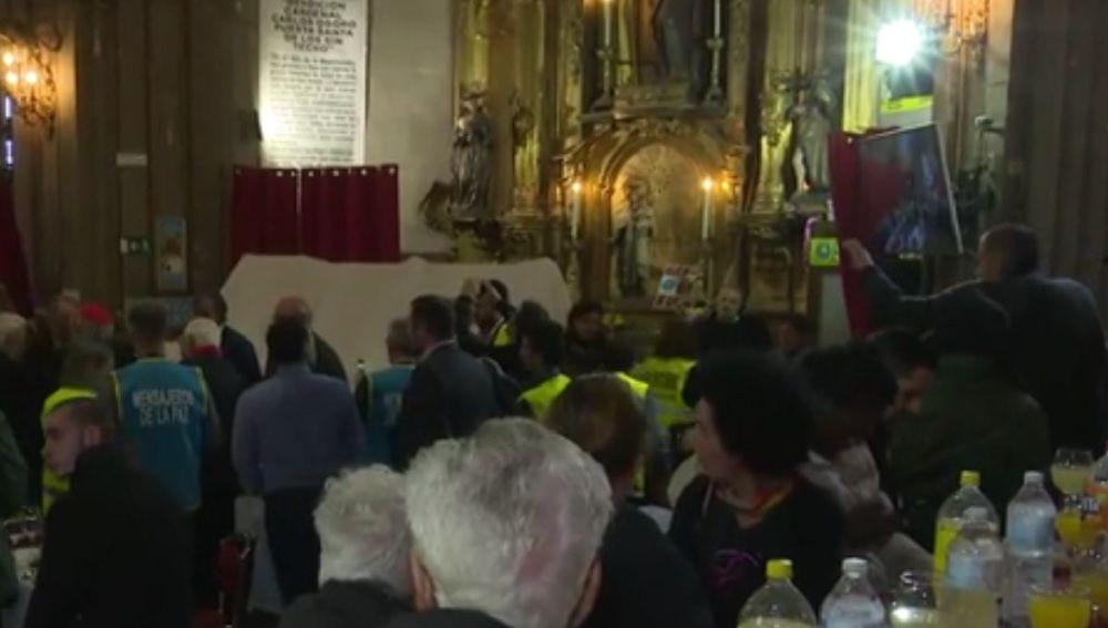 Imagen de la comida organizada por el padre Ángel para los sin techo
