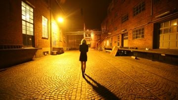 Una chica camina sola por la calle