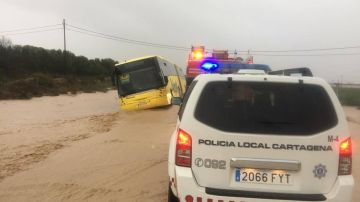 Autobús escolar atrapado por las lluvias en Cartagena