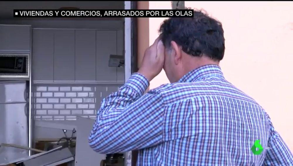 Un vecino afectado por el temporal en Garachico