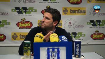 Tensión entre el entrenador del Lleida y un periodista que se queja de que responda en catalán