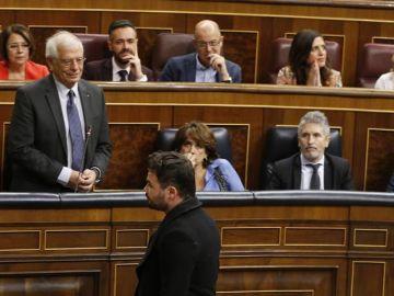 El ministro de Asuntos Exteriores Josep Borrell y el diputado de ERC Gabriel Rufián, durante la sesión de control