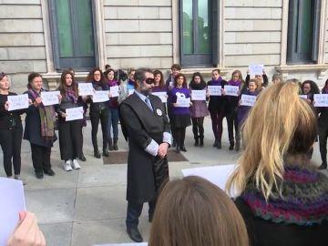 Protesta de mujeres de Podemos contra el machismo en la Justicia