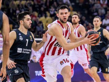 Papanikolaou entra a canasta ante la defensa de Campazzo