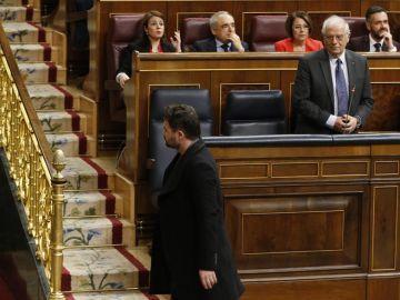El portavoz de ERC, Gabriel Rufián., abandona el hemiciclo por delante de Borrell