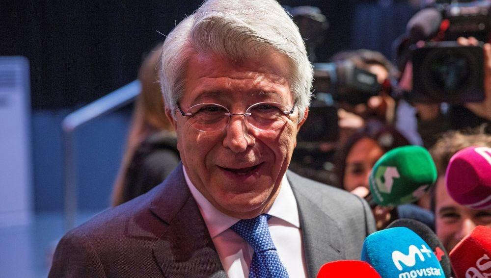 Enrique Cerezo atiende a los medios de comunicación