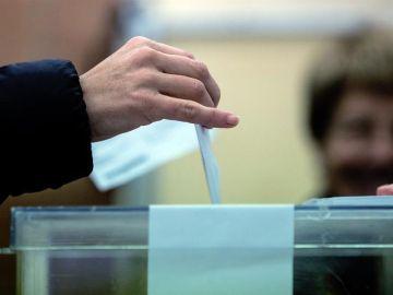 Un ciudadano deposita su voto en una urna