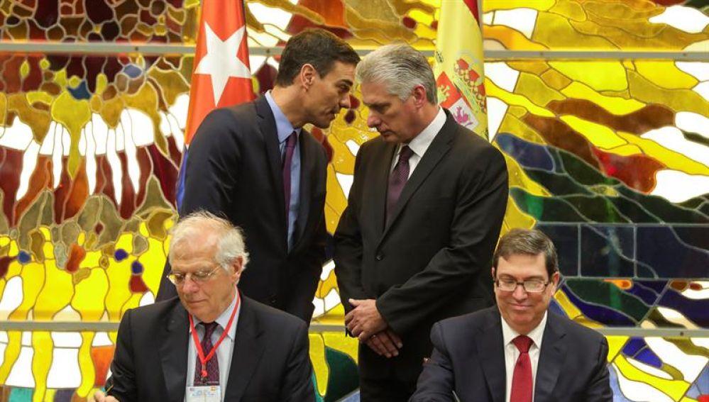 Sánchez y Díaz Canel junto a los ministros de Asuntos Exteriores de ambos países