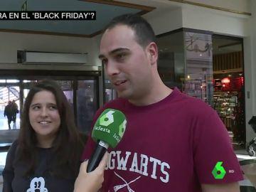 Jóvenes comprando en el Black Friday