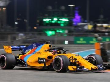 Fernando Alonso rueda en su coche de despedida en Abu Dabi