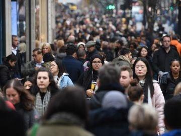 Gente comprando en el centro de Madrid