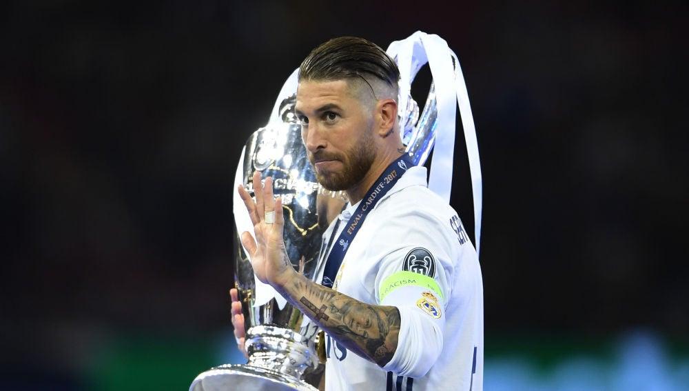 Sergio Ramos, con el trofeo de la Champions logrado en la final de 2017
