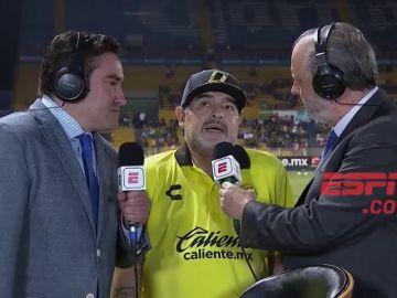 Maradona se colapsa en al ser preguntado por la liga mexicana: ¡11 segundos atascado en una secuencia que deja al periodista alucinando!