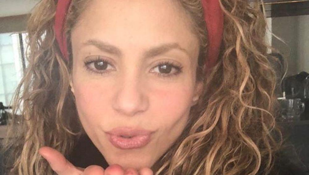 Shakira lanzando un beso