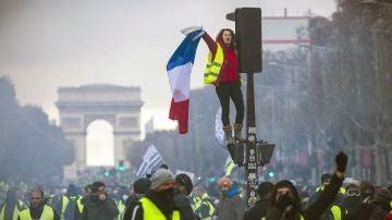Noticias Fin de Semana (24-11-18) París, convertido en un auténtico campo de batalla por los enfrentamientos entre manifestantes y Policía