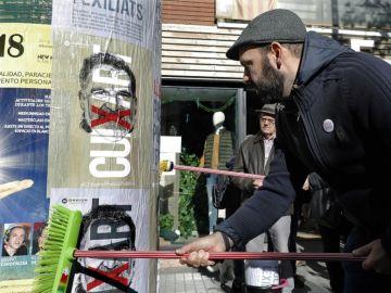 Culegan carteles en defensa de los políticos encarcelados en Barcelona
