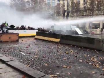 La Policía francesa dispersa con gases lacrimógenos y cañones de agua una nueva protesta contra la subida de los carburantes