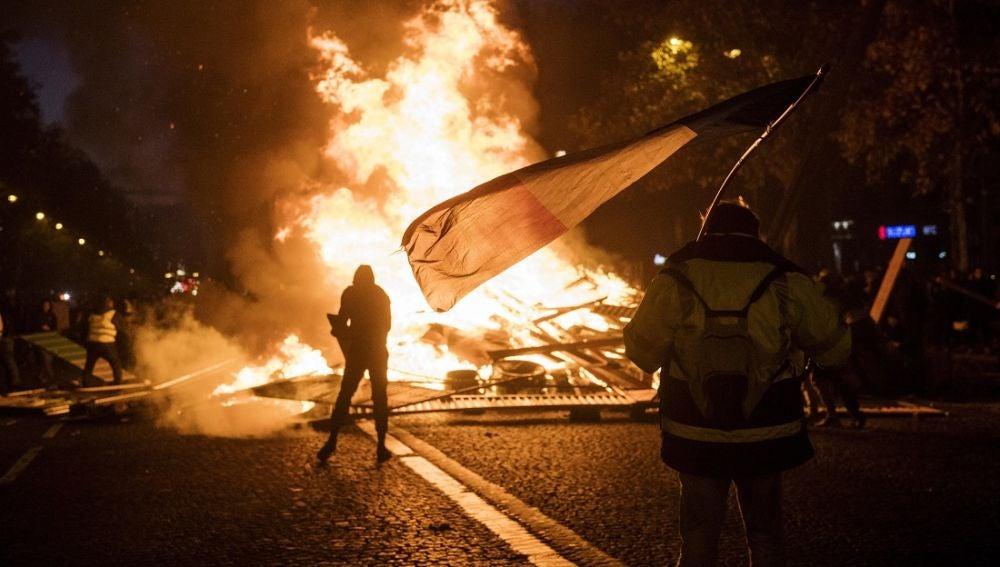 Protestas en los Campos Elíseos de París