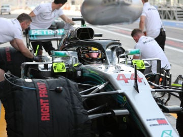 Los mecánicos de Mercedes trabajan en el coche de Hamilton