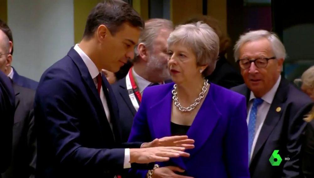 Theresa May junto a Pedro Sánchez